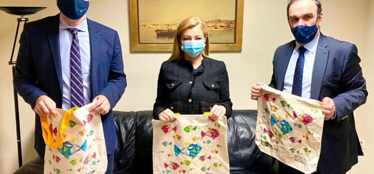 Επίσκεψη του Προέδρου του ΕΟΑΝ στην Πρόεδρο της Επιτροπής Περιβάλλοντος της Βουλής | Χριστουγεννιάτικο δώρο στα Μέλη η πάνινη τσάντα του ΕΟΑΝ